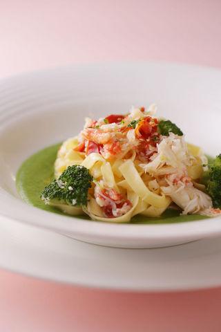 自家製手打ちパスタ  タリアテッレ ずわい蟹とブロッコリーのクレーマ